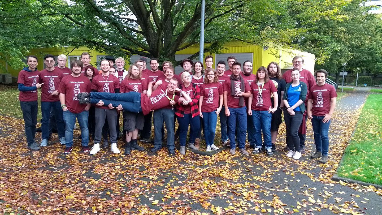 Gruppenfoto von Fachschaftlern in roten T-Shirts