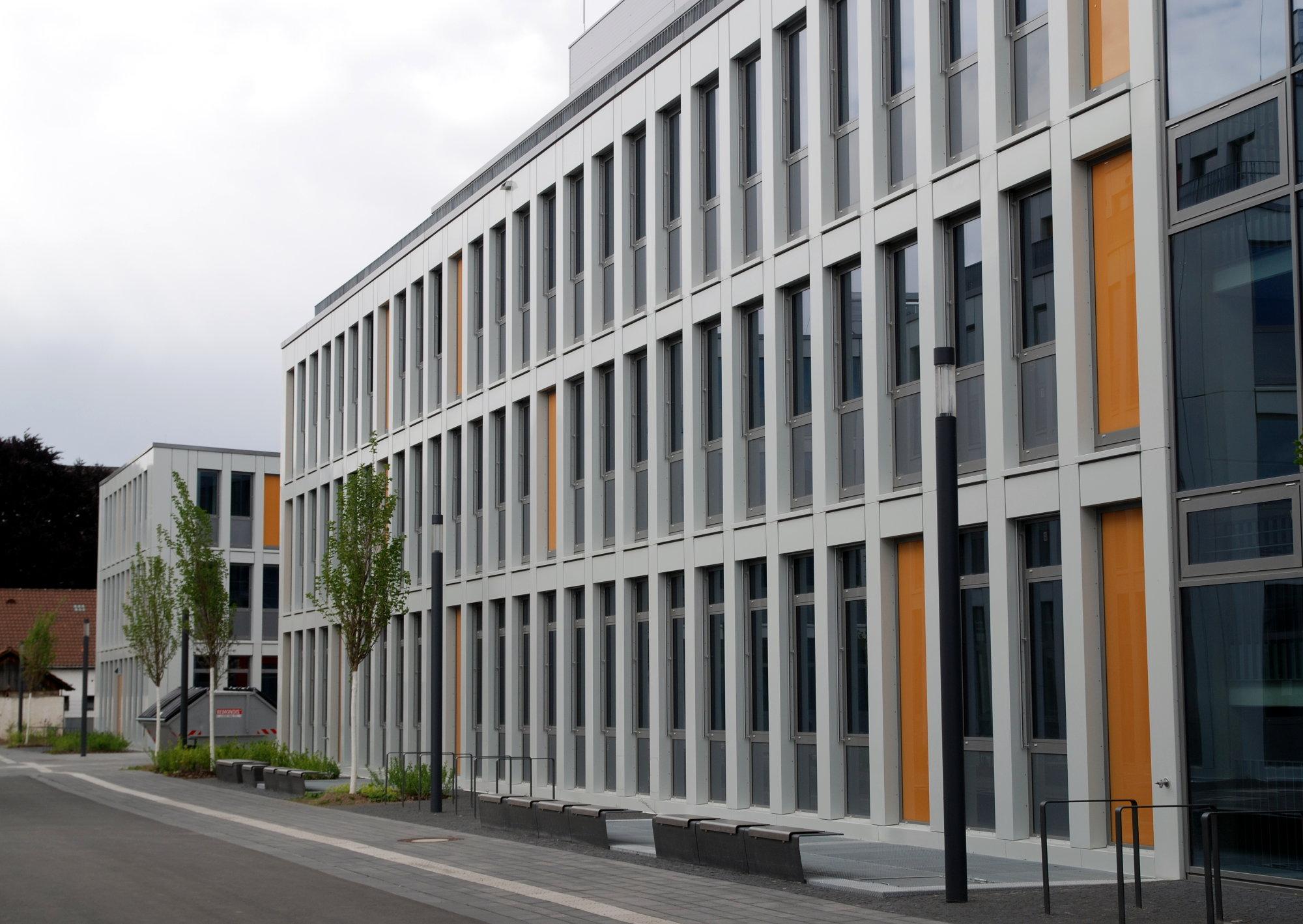 Die weiße Fassade des Ersatzbaus der Informatik